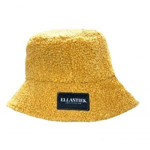 Reversible bucket hat van teddy stof in de kleur geel met het logo op de voorkant