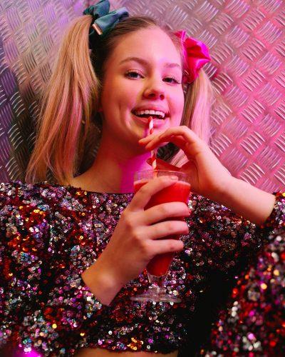 groen velvet scrunchie en roze satijn scrunchie op model