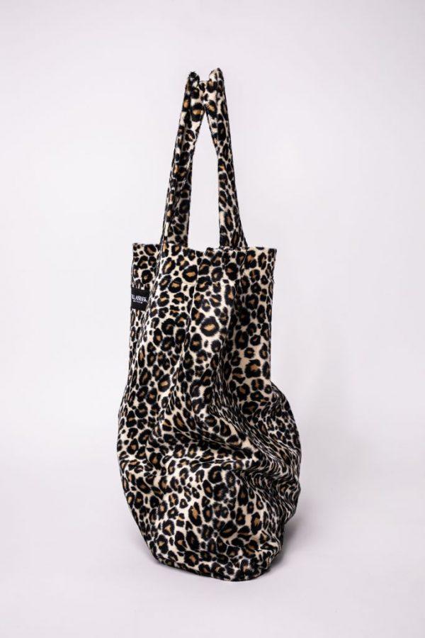 zijkant van de XL tas met zachte stof en panterprint ,et 2 hendels