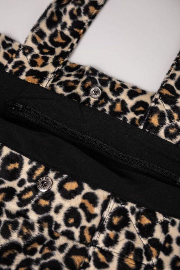 binnenzak met rits in de XL tas met zachte stof en met panterprint