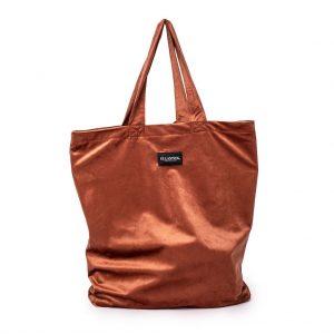 voorkant van de XL bag van velvet in de kleur terracotta met het logo aan de voorkant en de twee hendels