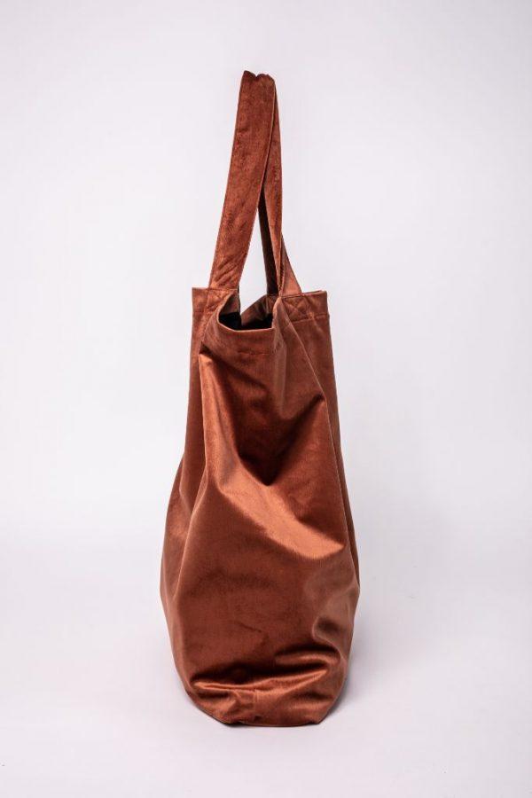 zijkant van de XL tas van velvet in de kleur terracotta met de 2 hendels