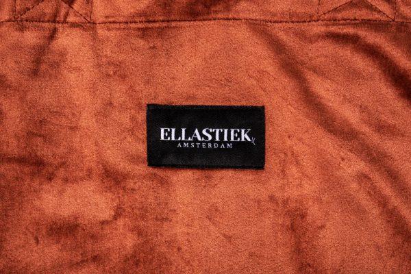 Logo van op de voorkant van de XL tas van velvet in de kleur terracotta