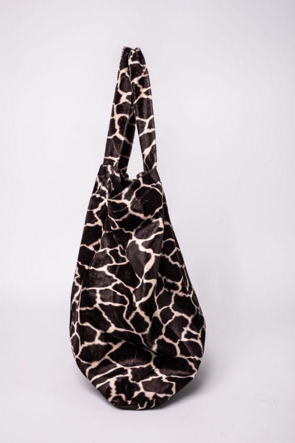 zijkant van de XL tas in giraffe print met 2 hendels