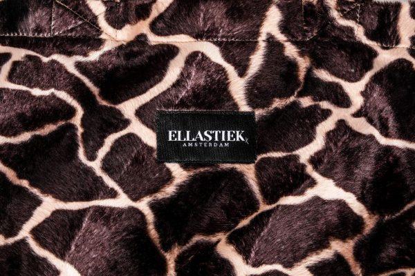 logo op de voorkant van de XL tas met giraffe print