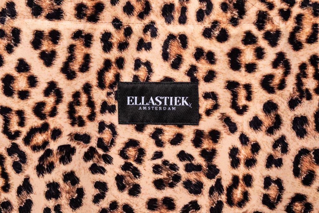 Logo aan de voorkant van de XL tas met panter print stof