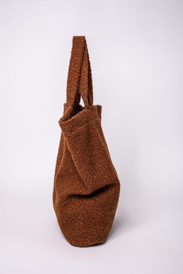 zijkant van de XL tas van teddy stof in de kleur bruin met de twee hendels