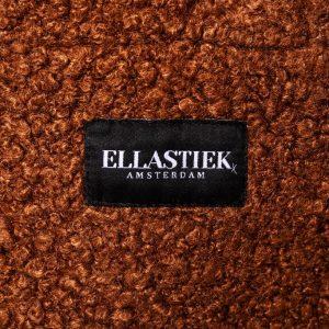 logo op de voorkant van de XL tas van teddystof in de kleur bruin