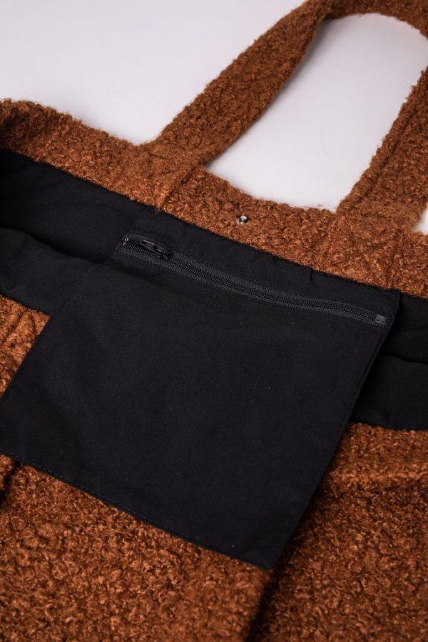binnenkant met rits van de XL tas van teddy stof in de kleur bruin