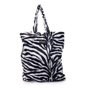 voorkant van de tas met een zebraprint van luxe stof en met 2 hendels