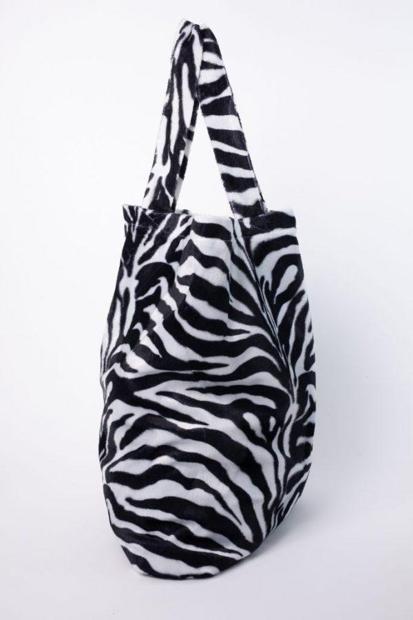 zijkant van de XL tas met zebraprint van luxe stof