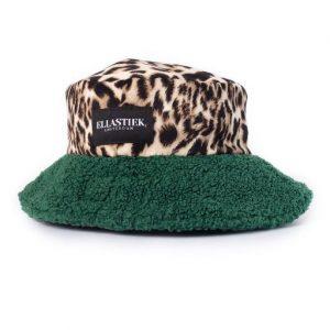Reversible Bucket hat van teddy stof met de kleur groen en met een panter print stof met het logo er op