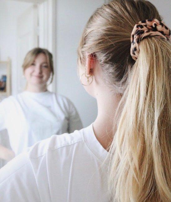 panterprint scrunchie in het haar