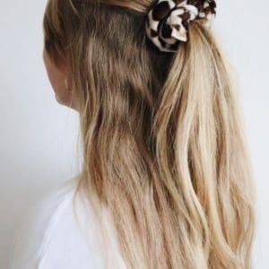 scrunchie met dierenprint in het haar