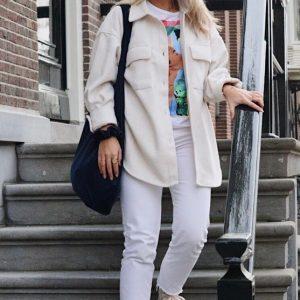 XL shopper blauw velvet op model met matchende scrunchie