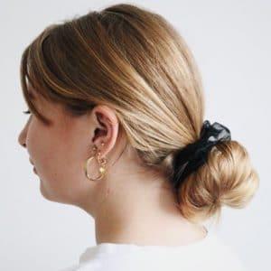 mini scrunchie van zwart organza in het haar