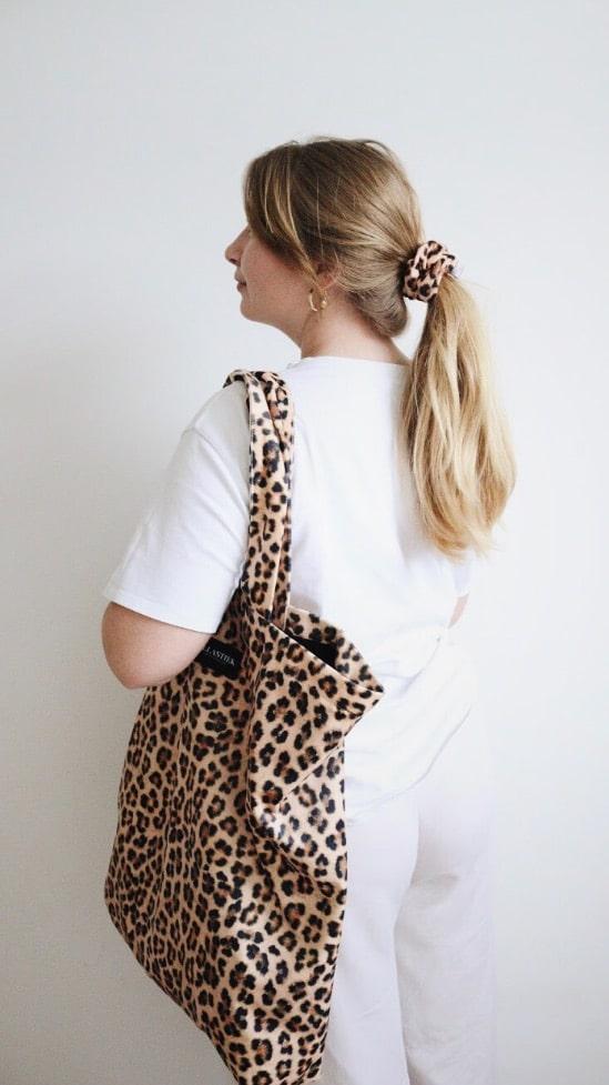 panter print XL shopper op model met matchende scrunchie