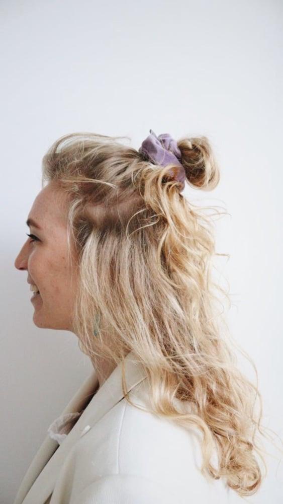lila scrunchie in het haar