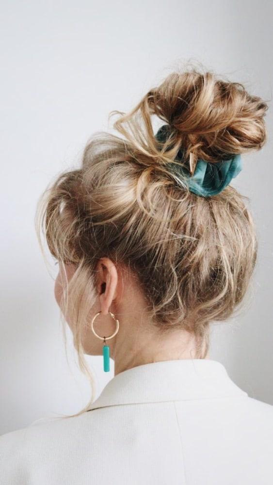 blauw velvet scrunchie in het haar