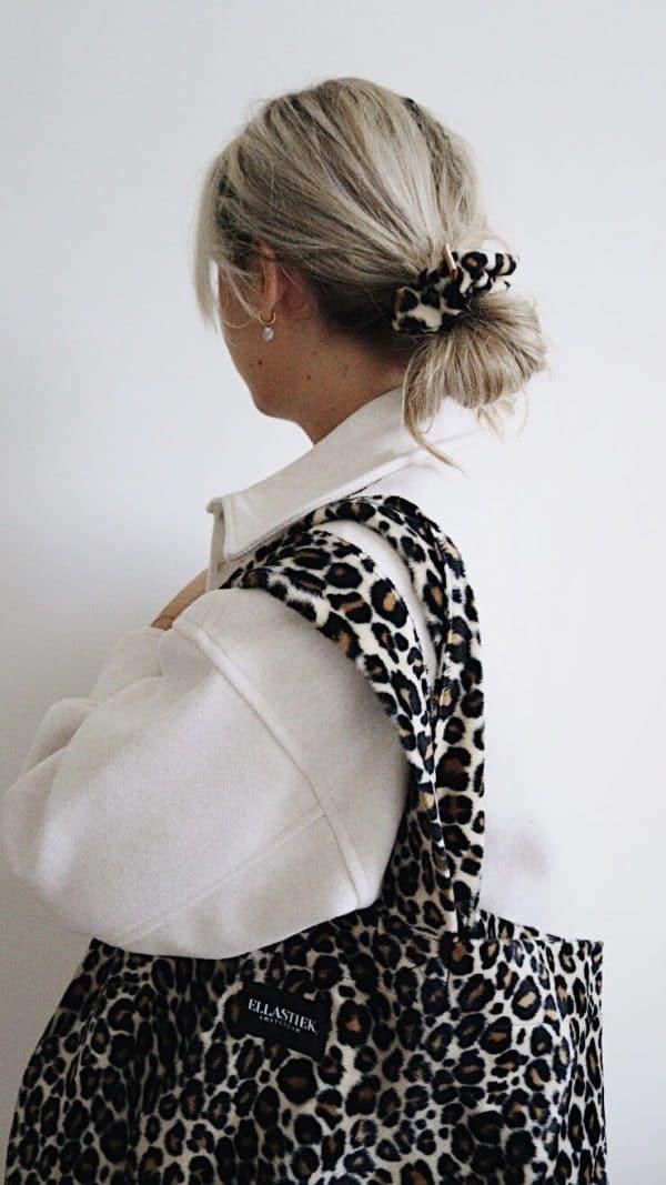 XL panter tas op model met scrunchie