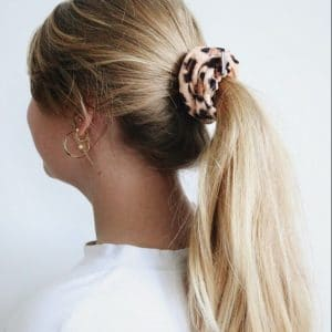 panterprint scrunchie in haarmodel