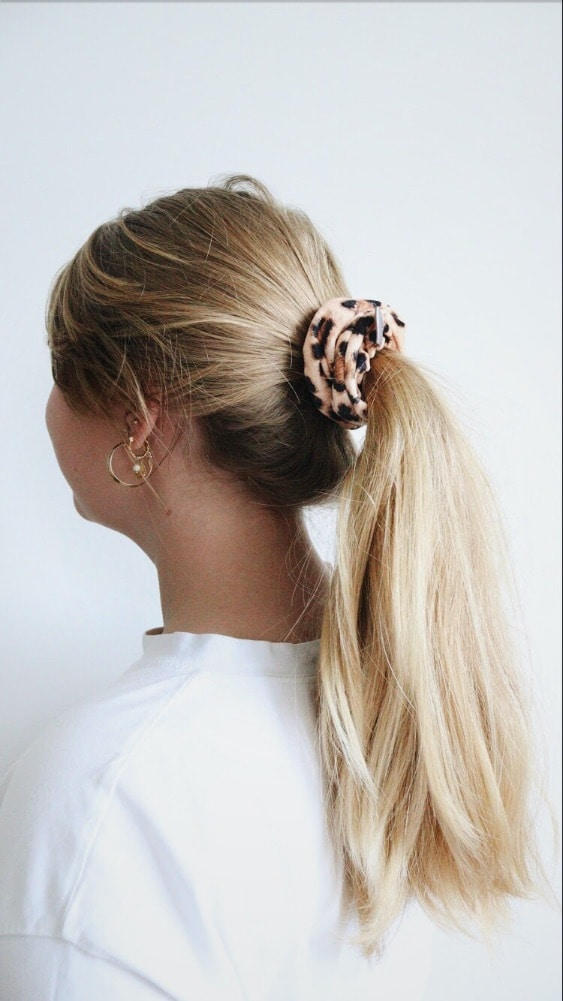 panterprint scrunchie in haarmodel