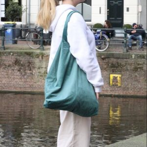 blauwe velvet bag op model met matchende scrunchie