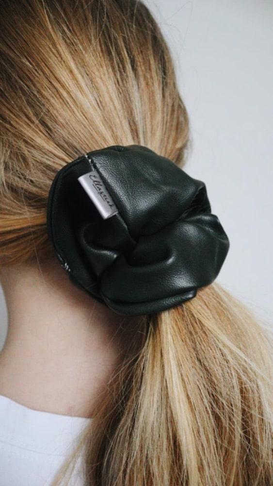 oversized faux leren scrunchie in het haar