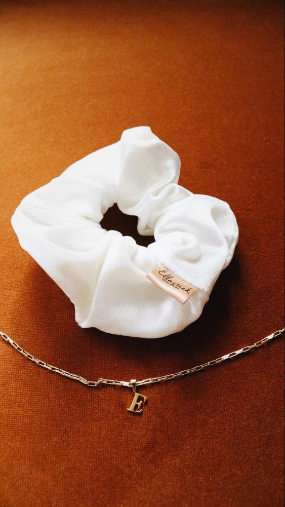 wit satijn scrunchie