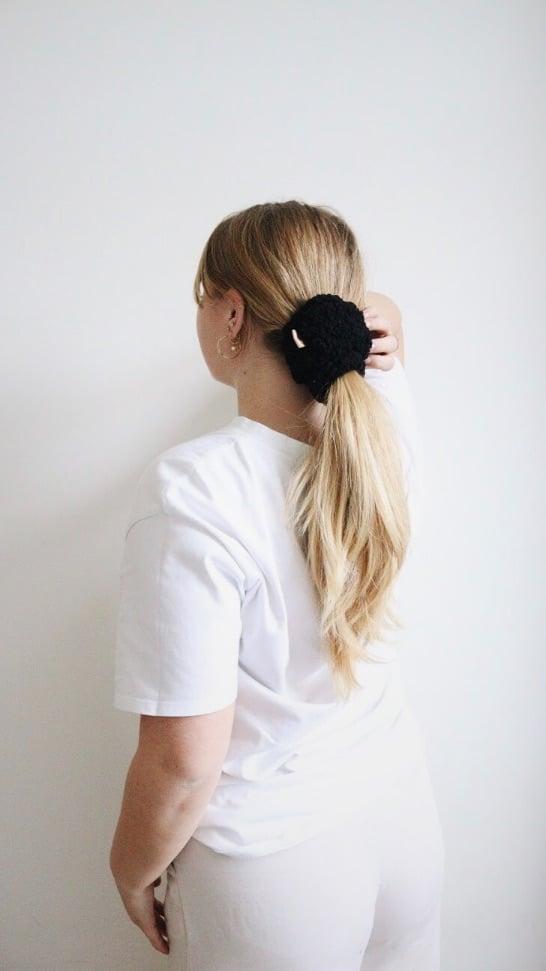 oversized zwarte teddystiek in haarmodel