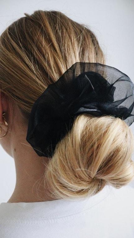 oversized scrunchie van zwarte organza in het haar