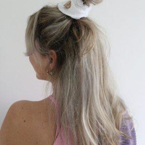 oversized witte scrunchie met borduursel